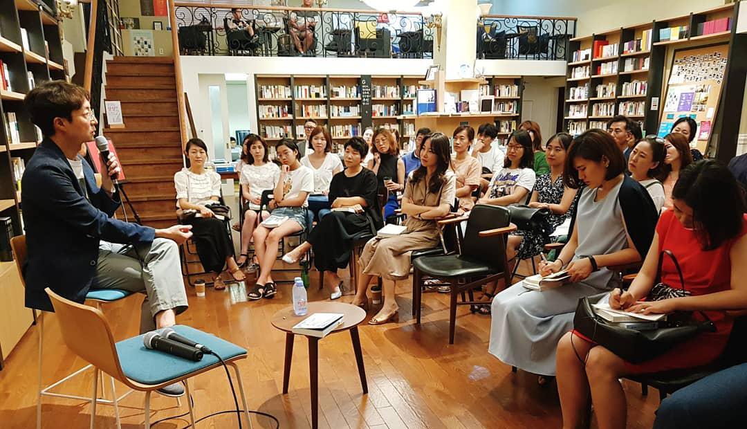저자와 독자의 질의 응답으로 이뤄지는 최인아책방 북클럽 모임 ⓒ최인아책방 북클럽 인스타그램