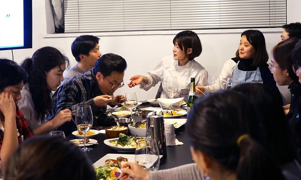 문토의 '생각하는 주방' 멤버들이 전문 셰프의 요리를 맛보고 있다. ⓒ문토 홈페이지